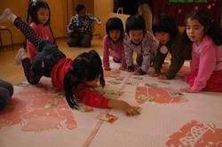 子どもたちが楽しくかるた遊び