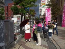 街頭での会員の活動風景